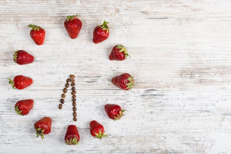 Reloj de la fresa con las flechas de los granos de café, mostrando al tiempo en seis relojes del ` de o treinta minutos o diecioc fotografía de archivo libre de regalías