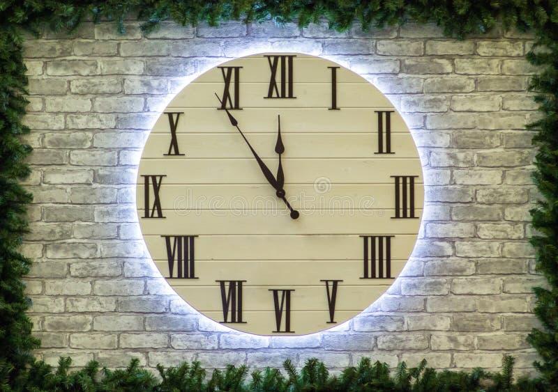 Reloj de la Navidad redonda o del Año Nuevo en la pared de ladrillo Concepto de la Feliz Año Nuevo 2019 imagenes de archivo