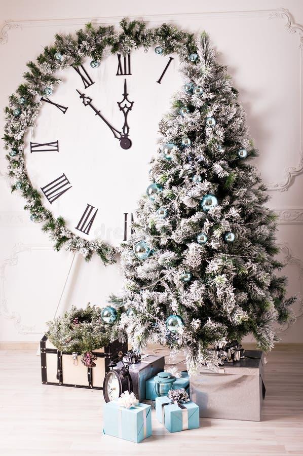 Reloj de la Navidad y árbol de abeto fotografía de archivo