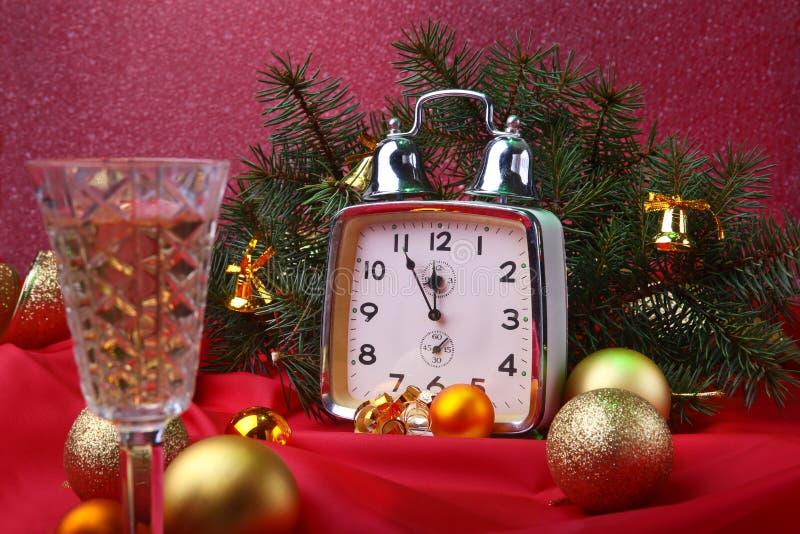 Reloj de la Navidad y vino del champán del vidrio Decoración del ` s del Año Nuevo con las cajas de regalo, las bolas de la Navid imágenes de archivo libres de regalías