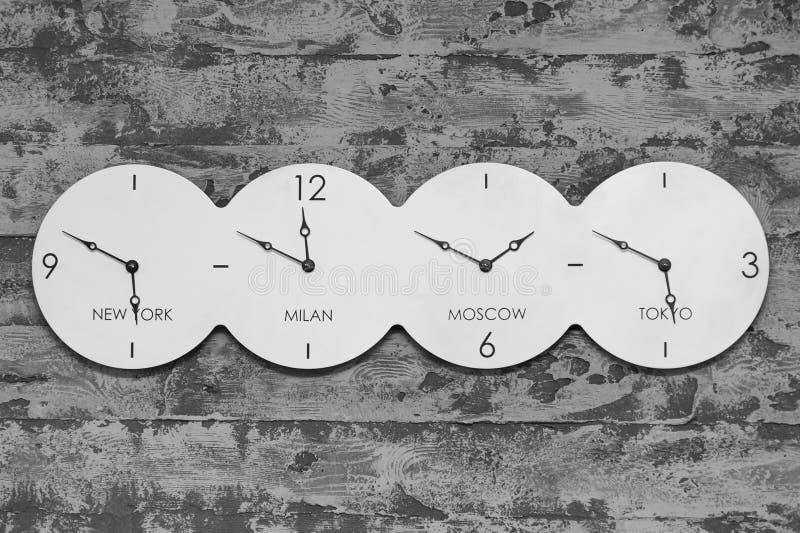 Reloj de la oficina con el mundo en fondo blanco y negro foto de archivo libre de regalías