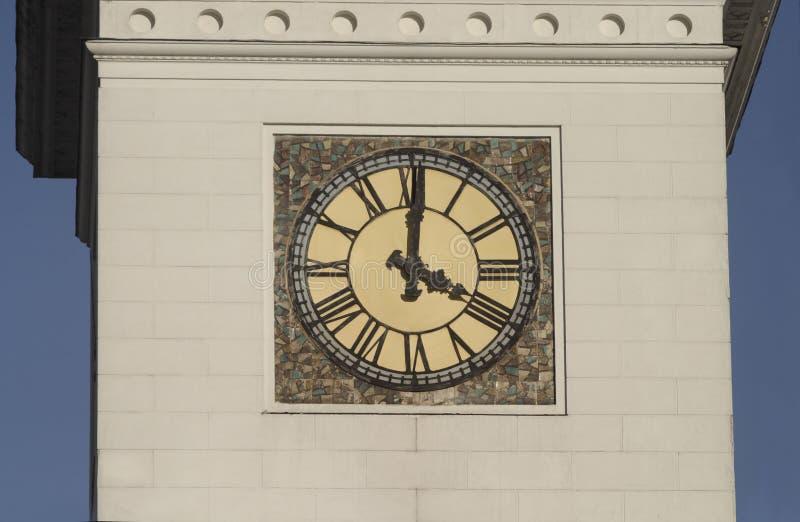 Reloj de la torre con los dígitos romanos imagen de archivo libre de regalías