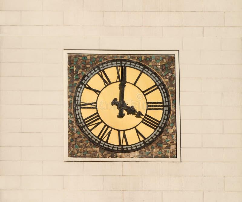 Reloj de la torre con los dígitos romanos imágenes de archivo libres de regalías