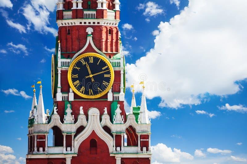Reloj de la torre del Kremlin Spasskaya sobre el cielo con las nubes foto de archivo libre de regalías