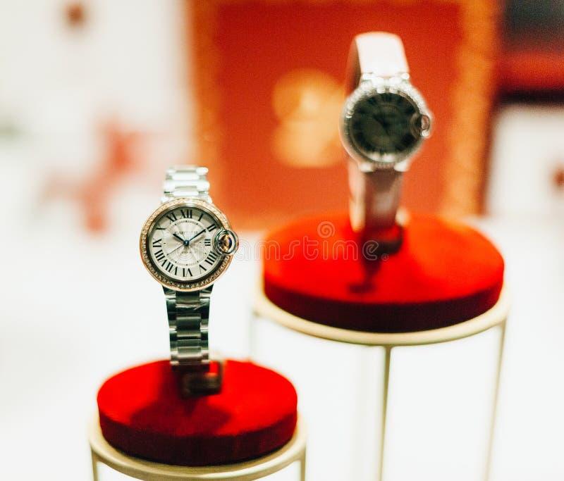 Reloj de lujo de Cartier en ventana de las compras - diamantes y oro imagenes de archivo