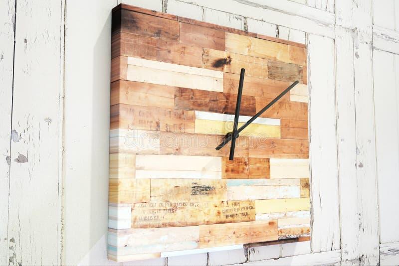 Reloj de madera cuadrado creativo stock de ilustración