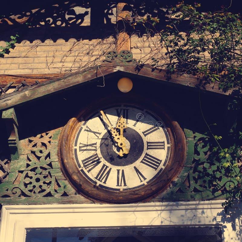 Reloj de madera viejo foto de archivo libre de regalías