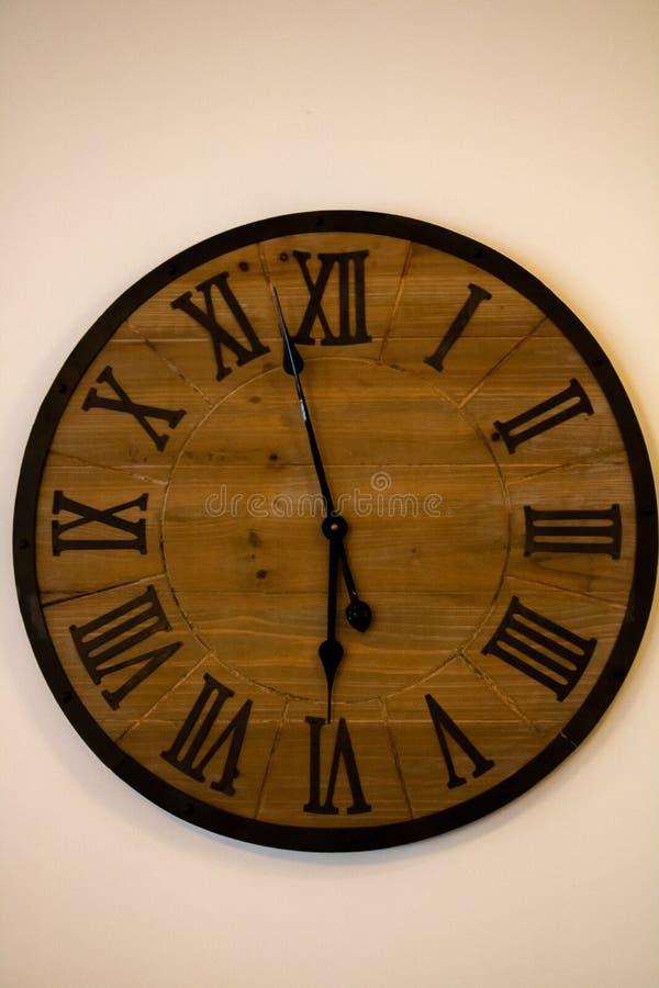 Reloj de madera viejo fotografía de archivo