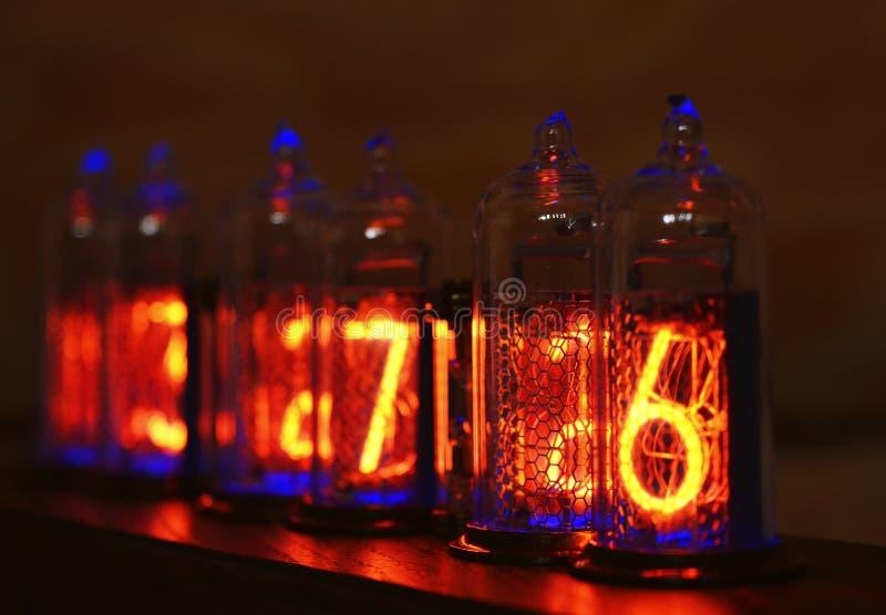 Reloj de Nixie - un reloj en los indicadores por descarga de gas imagen de archivo libre de regalías