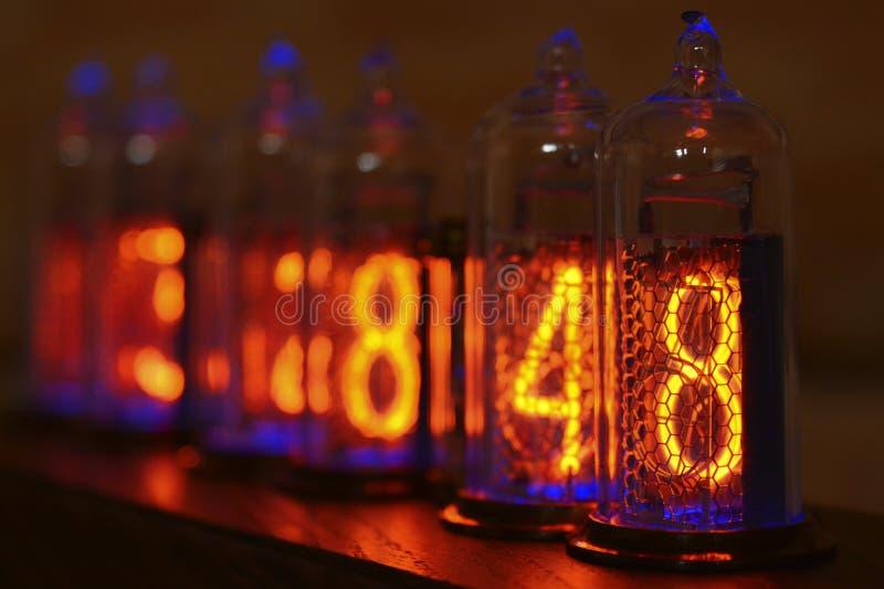 Reloj de Nixie - un reloj en los indicadores por descarga de gas fotografía de archivo