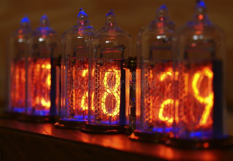 Reloj de Nixie - un reloj en los indicadores por descarga de gas imágenes de archivo libres de regalías