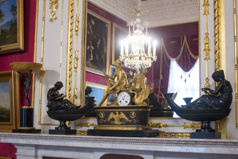 Reloj de oro El interior del palacio en Gatchina foto de archivo libre de regalías