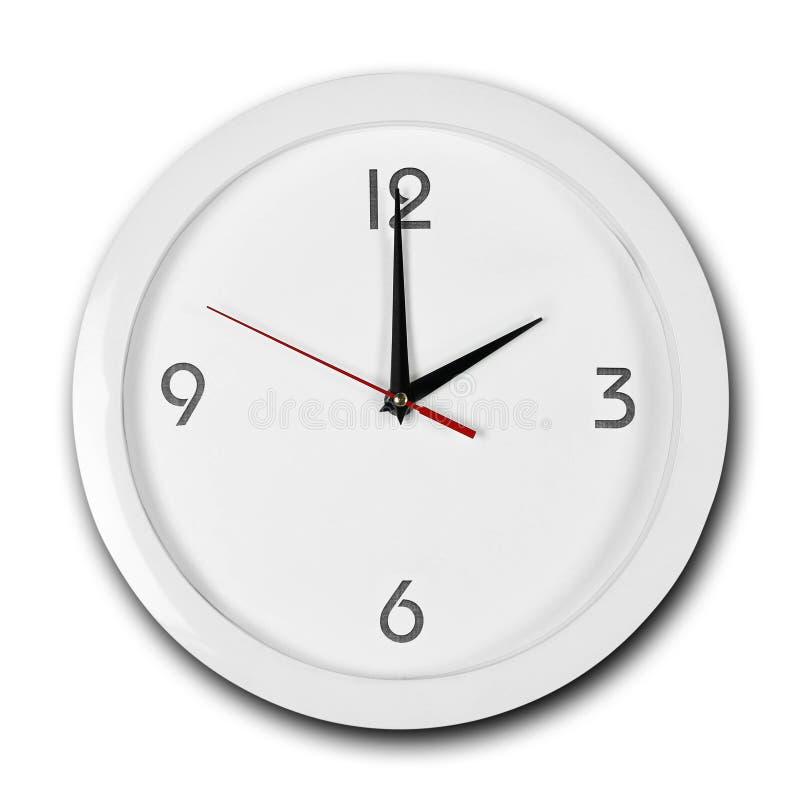 Reloj de pared blanco de la ronda grande con el marco blanco Las manos señalan a las 2 Cierre para arriba Aislado en el fondo bla foto de archivo