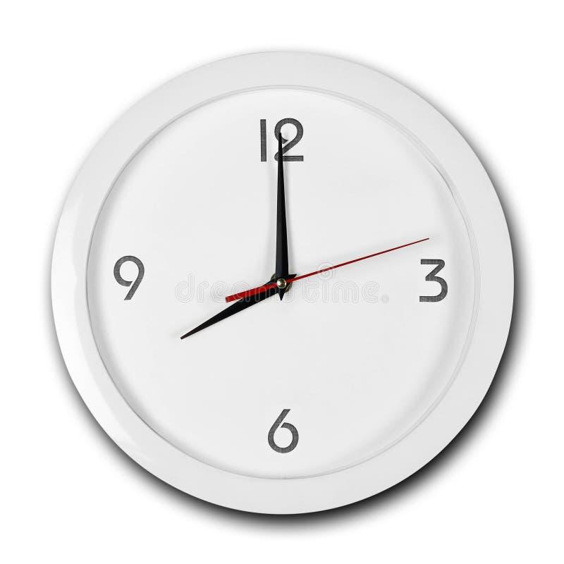 Reloj de pared blanco de la ronda grande con el marco blanco Las manos señalan a las 8 Cierre para arriba Aislado en el fondo bla fotos de archivo libres de regalías