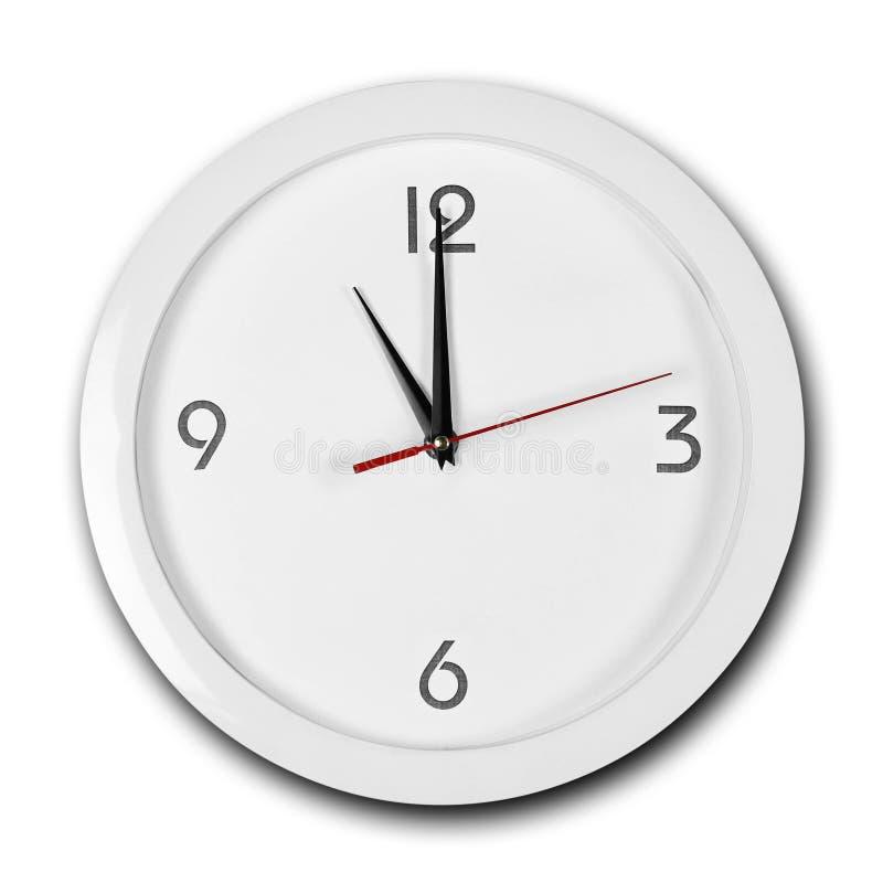 Reloj de pared blanco de la ronda grande con el marco blanco Las manos señalan a las 11 Cierre para arriba Aislado en el fondo bl fotografía de archivo