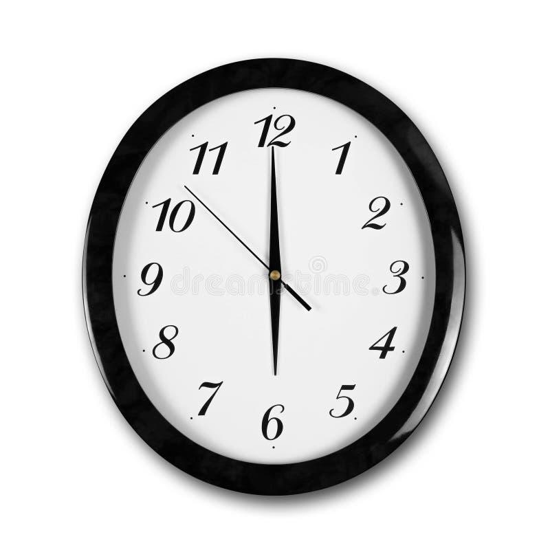 Reloj de pared blanco de la ronda grande con el marco negro Las manos señalan a las 6 Cierre para arriba Aislado en el fondo blan fotografía de archivo libre de regalías