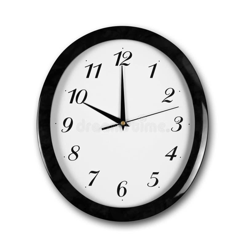 Reloj de pared blanco de la ronda grande con el marco negro Las manos señalan a las 10 Cierre para arriba Aislado en el fondo bla imágenes de archivo libres de regalías