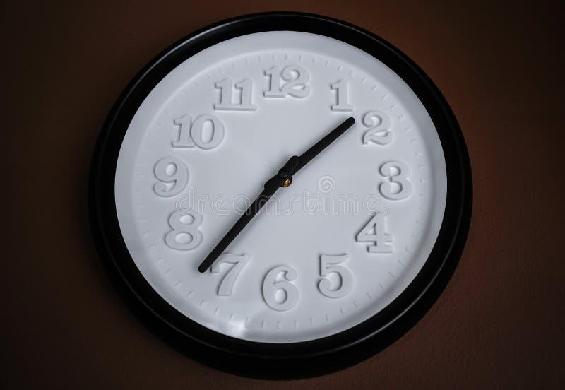 Reloj de pared blanco y negro decorativo imagen de archivo