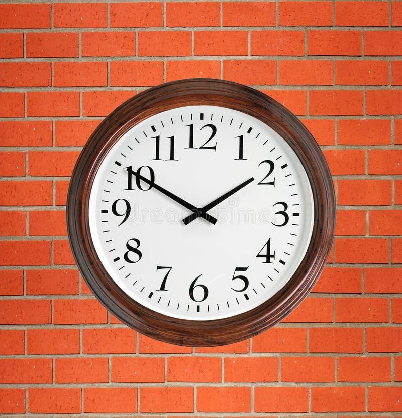 Reloj De Pared Con El Marco De Madera Sobre La Pared De Ladrillo ...