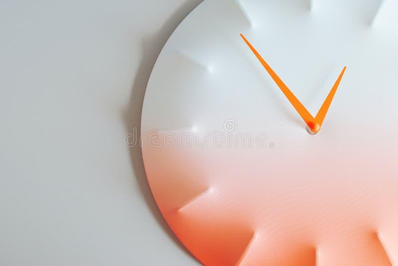 Reloj de pared con las flechas anaranjadas imagen de archivo