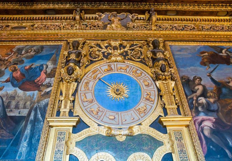 Reloj de pared con las muestras del zodiaco en el Pasillo del palacio del dux en Venecia, Italia imagen de archivo