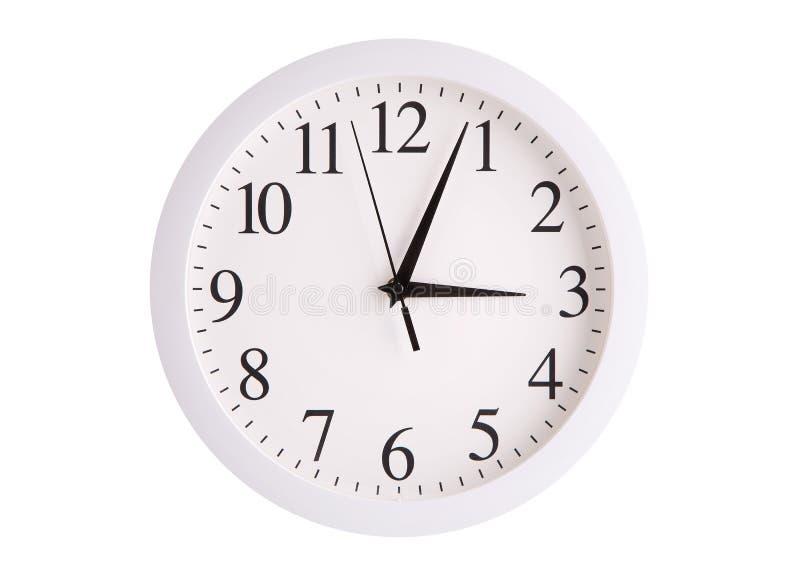 Reloj de pared con un dial blanco redondo foto de archivo libre de regalías