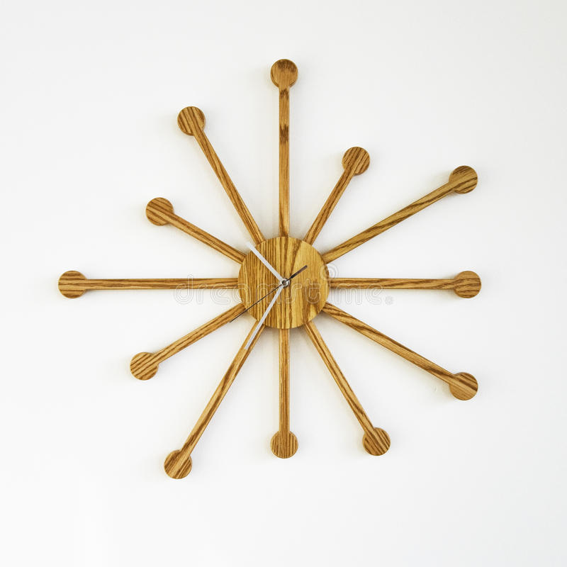 Reloj de pared de madera del diseñador fotos de archivo