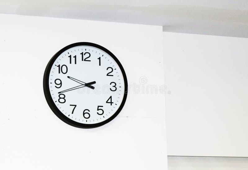 Reloj de pared grande con la frontera blanca de la cara y del negro fotos de archivo libres de regalías