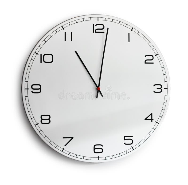 Reloj de pared moderno aislado en blanco fotografía de archivo libre de regalías