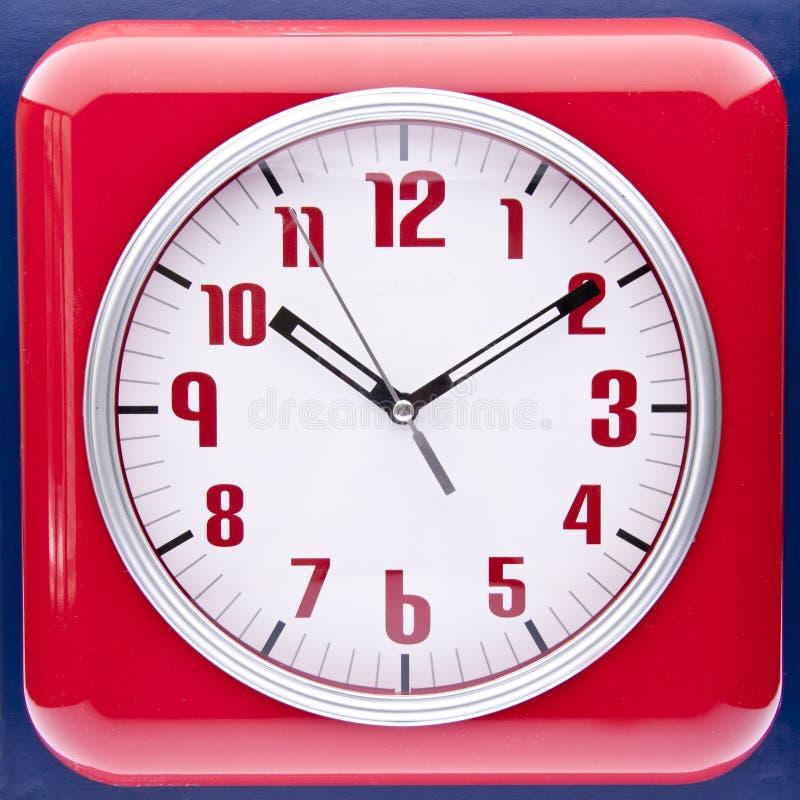 Reloj de pared rojo del renacimiento retro fotos de archivo libres de regalías