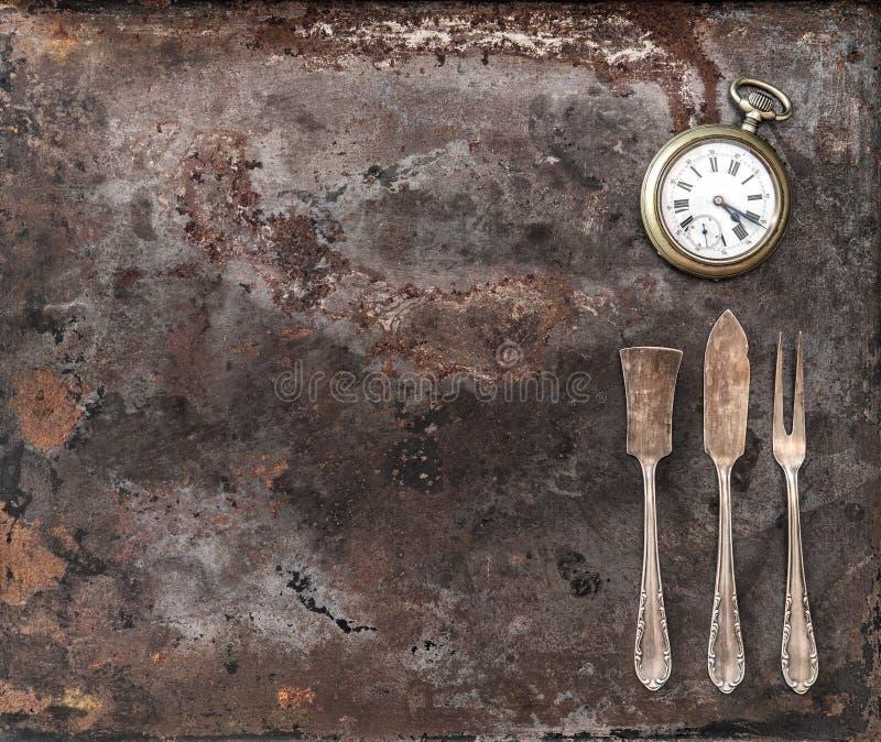 Reloj de plata de los cubiertos del vintage y de bolsillo de la antigüedad imagenes de archivo