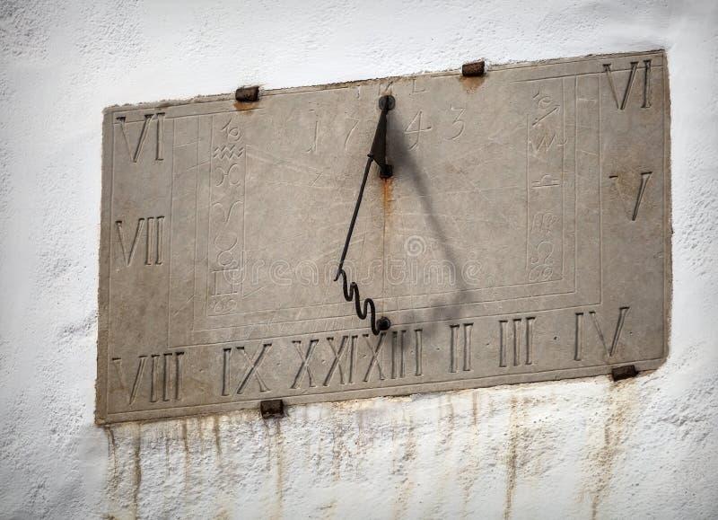 Reloj de sol antiguo con las muestras del zodiaco foto de archivo libre de regalías