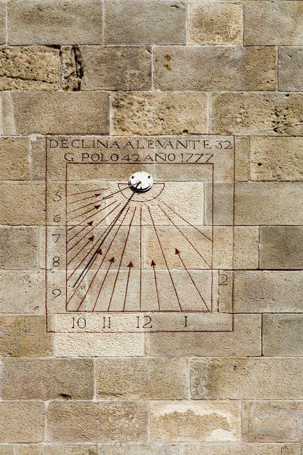 Reloj de sol con la gnomon en el castillo de Montjuich, Barcelona, España fotos de archivo