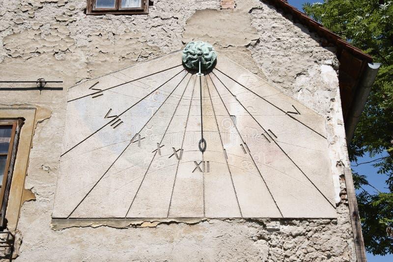 Reloj de sol en la calle de Tkalciceva en Zagreb, Croacia fotografía de archivo