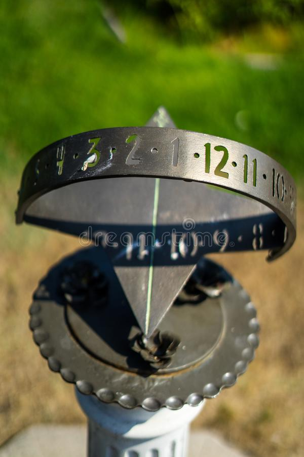 Reloj de Sun en Rose Gardens imagenes de archivo