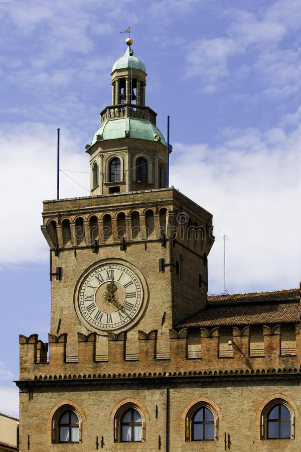 Reloj del ayuntamiento en Bolonia Italia fotografía de archivo libre de regalías