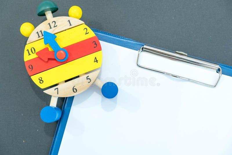 reloj del ` de 12 o Concepto de la gestión de tiempo Primer del reloj de alarma De nuevo a escuela Bandera para el cambio su mens imagen de archivo