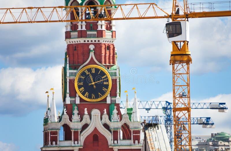 Reloj del Kremlin encima de la visión con las grúas de construcción fotografía de archivo libre de regalías