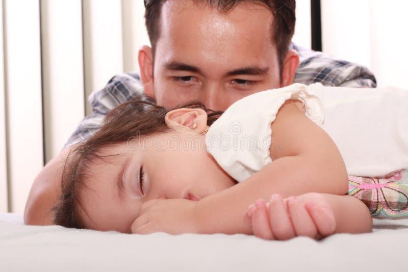 Reloj del padre su bebé hermoso imagen de archivo libre de regalías