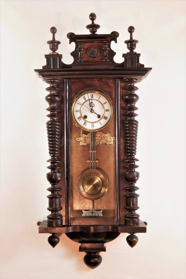 Reloj del vintage — un dispositivo para determinar los intervalos actuales de la hora y de tiempo, horas, minutos, segundos Símbo foto de archivo