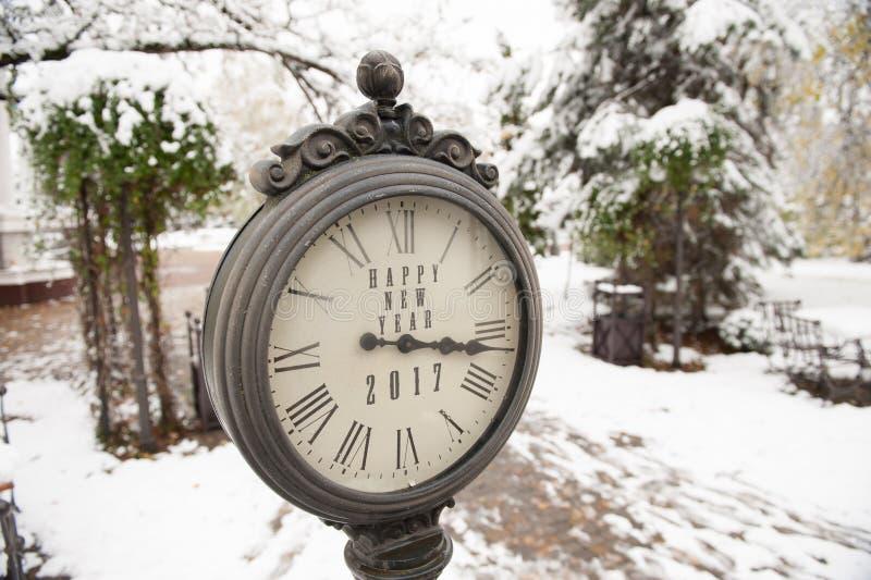 Reloj del vintage con la Feliz Año Nuevo 2017 del título fotos de archivo libres de regalías