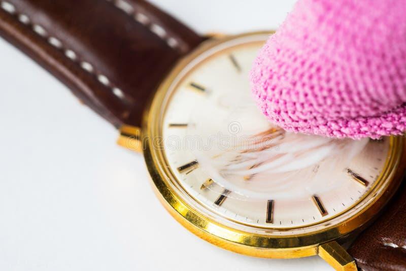 Reloj del vintage que hace el cristal pulir fotos de archivo