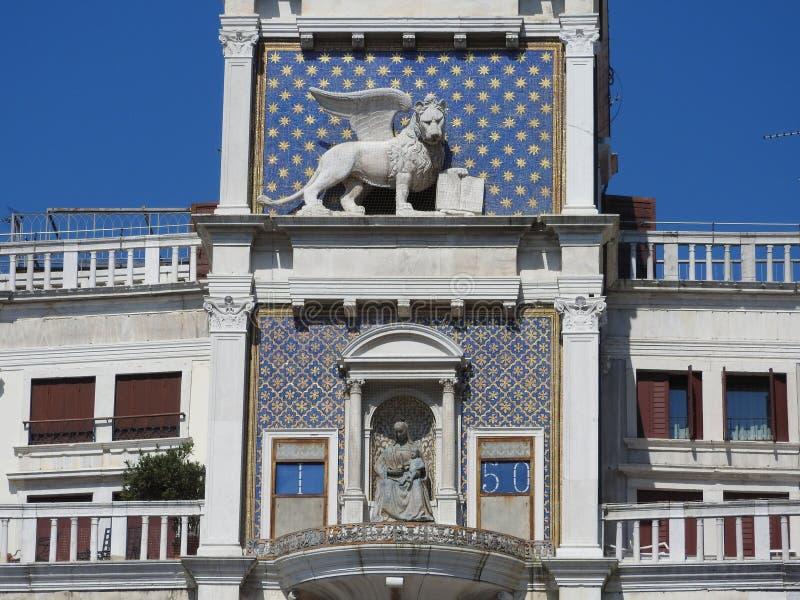 Reloj del zodiaco La torre de reloj con el león con alas y dos amarra el pulso de la campana - renacimiento temprano 1497 que con foto de archivo libre de regalías