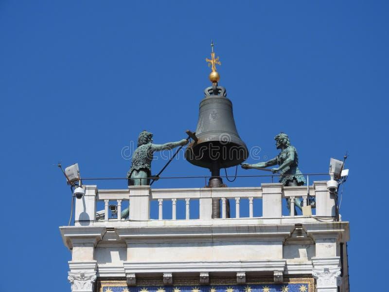 Reloj del zodiaco La torre de reloj con el león con alas y dos amarra el pulso de la campana - renacimiento temprano 1497 que con fotografía de archivo
