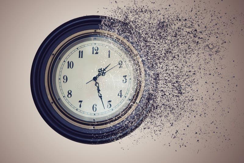 Reloj destruido por tiempo en la arena El tiempo del concepto está corriendo hacia fuera imagen de archivo