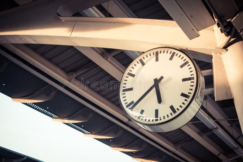 Reloj en el ferrocarril fotografía de archivo