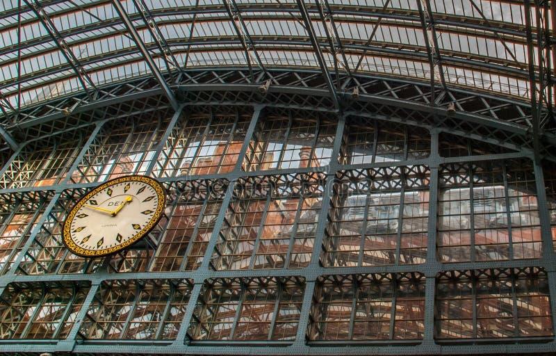Reloj en el ferrocarril de Cross de rey imagenes de archivo