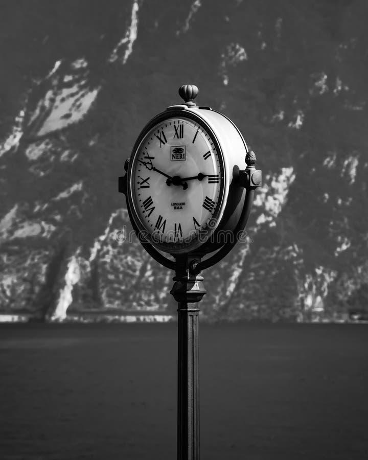 Reloj en el sul Garda de Limone imágenes de archivo libres de regalías