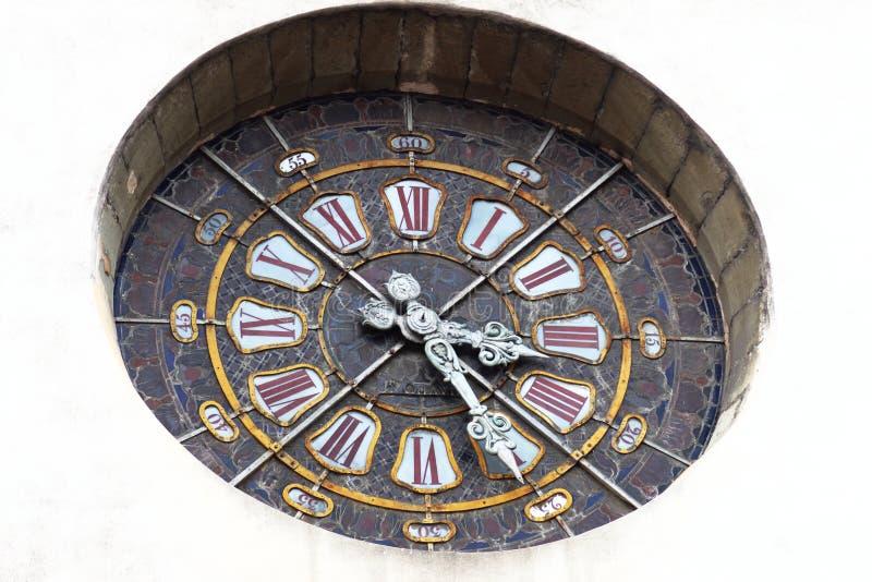 Reloj en el vitral de la iglesia de St. Louis, Grenoble, Francia fotografía de archivo