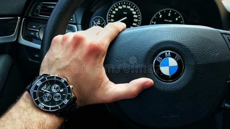 Reloj en el volante foto de archivo